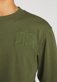 Russell Athletic Eagle R - MAURIZIO - Maglietta a manica lunga - cypress - 5