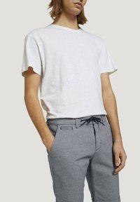 TOM TAILOR DENIM - Shorts - navy white dobby yarn dye - 4