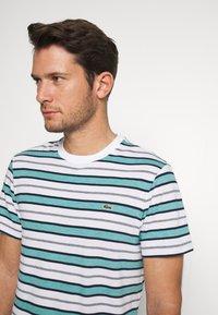 Lacoste - TH5141-00 - T-shirt print - white/navy blue niagara blue - 3