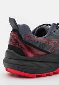 ASICS - GEL-TRABUCO 9 - Běžecké boty do terénu - carrier grey/electric red - 5