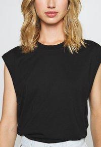 Monki - CHRIS 2 PACK - Basic T-shirt - black dark/white light - 3