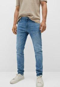 Mango - SKINNY  - Slim fit jeans - mittelblau - 0