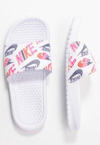 Nike Sportswear - BENASSI JDI PRINT - Matalakantaiset pistokkaat - white/black/lotus pink/team orange - 3