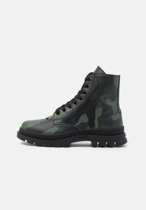 PIERCED PUNK BOOT - Šněrovací kotníkové boty - black