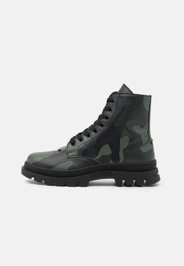 PIERCED PUNK BOOT - Veterboots - black