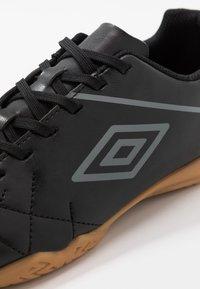 Umbro - MEDUSÆ III LEAGUE - Scarpe da calcetto - black/carbon - 5