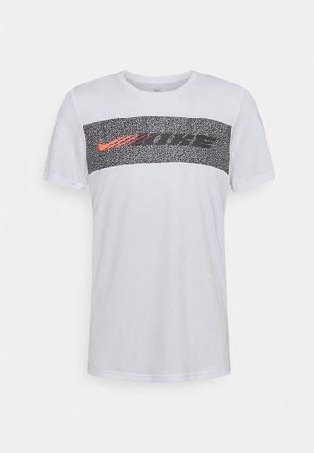 DRY SUPERSET ENERGY - T-shirt med print - white/black