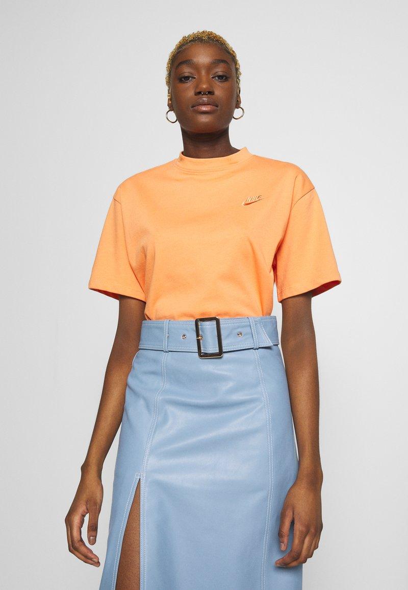 Nike Sportswear - T-shirts - orange trance