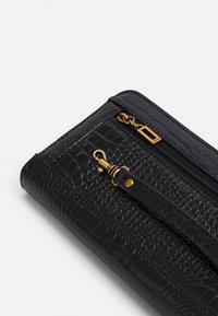 Guess - RAFFIE LARGE ZIP AROUND - Wallet - black - 3