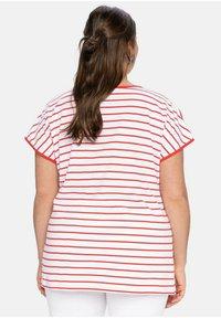 Sheego - Print T-shirt - karminrot-weiß - 2