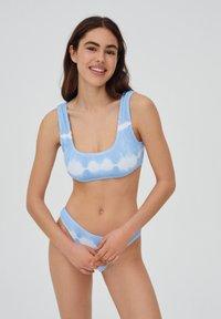 PULL&BEAR - MIT STREIFEN UND TEXTUR - Bikini top - light blue - 4