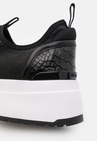 MICHAEL Michael Kors - COSMO STRETCH SLIP ON - Sneakers laag - black - 6