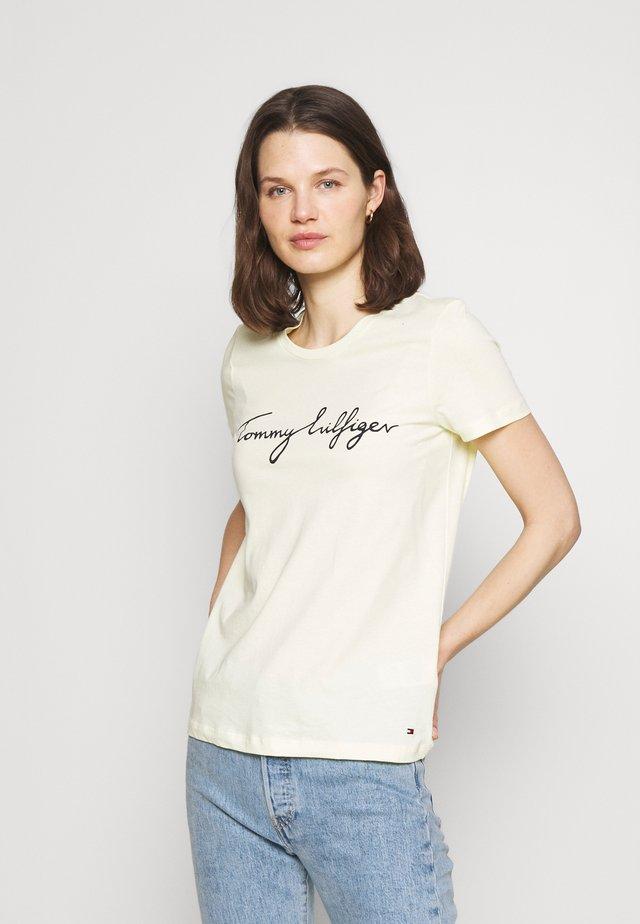 CREW NECK GRAPHIC TEE - T-shirt z nadrukiem - frosted lemon