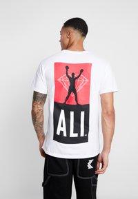 Diamond Supply Co. - FIGHT SHORT SLEEVE TEE - T-shirt z nadrukiem - white - 2