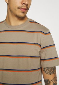 Only & Sons - ONSMARIO LIFE TEE  - T-shirt med print - chinchilla - 4