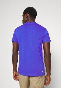 Lacoste - T-shirt imprimé - obscurite/citron - 2