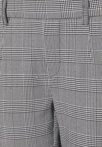 Object Petite - OBJLISA SLIM PANT - Trousers - gardenia/black - 2