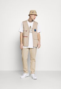 adidas Originals - CAMO INFILL TEE - T-shirt con stampa - white/wild pine - 1