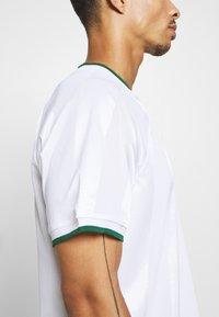 Nike Performance - Print T-shirt - white/gorge green - 5