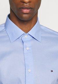 Tommy Hilfiger Tailored - PLAIN REGULAR FIT - Camicia elegante - classic blue - 3