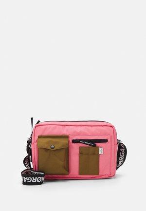 BEL COUTURE CAPPA - Taška spříčným popruhem - strawberry pink/breen