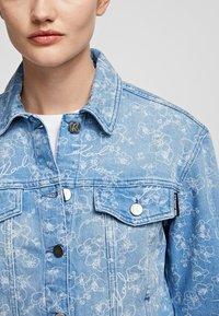 KARL LAGERFELD - Kurtka jeansowa - printed denim - 3