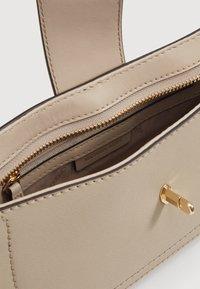 MICHAEL Michael Kors - CARMEN POUCHETTE - Handbag - light sand - 3