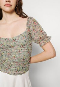 Vila - VIVOLETTE - Print T-shirt - desert sage/wildy - 5