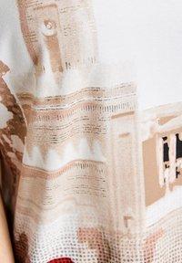 Gerry Weber - Print T-shirt - ecru/weiss/rot/orange patch - 3