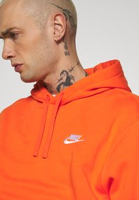 Nike Sportswear - CLUB HOODIE - Felpa con cappuccio - electro orange - 4