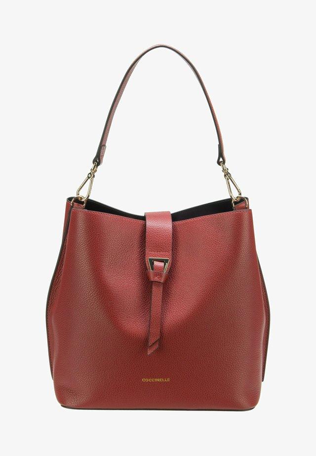 ALBA BUCKET SHOULDER - Handbag - foliage red