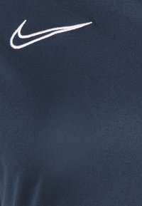 Nike Performance - T-shirt con stampa - obsidian/white - 7