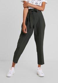 New Look - MILLER TIE WAIST TROUSER - Trousers - green - 0