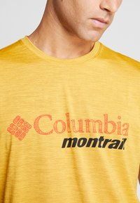 Columbia - TRINITY TRAIL™ GRAPHIC TEE - Print T-shirt - bright gold - 3