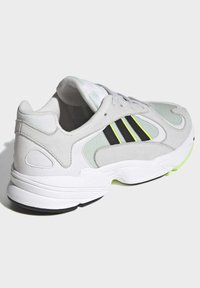 adidas Originals - YUNG-1 SHOES - Trainers - green - 5
