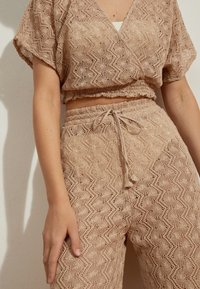 OYSHO - Spodnie materiałowe - beige - 4