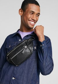 Urban Classics - SHOULDER BAG - Ledvinka - black - 1