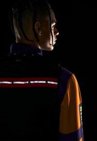 Nike Performance - WILD RUN AEROLAYER VEST - Chaleco - black/grey fog/reflective silver - 6
