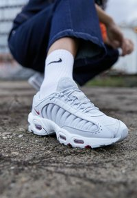 Nike Sportswear - TAILWIND - Matalavartiset tennarit - pure platinum/metallic silver/light redwood/white/cool grey - 4