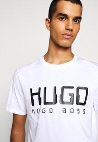 HUGO - DOLIVE - Potiskana majica - white - 5
