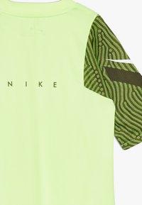 Nike Performance - Print T-shirt - ghost green/cargo khaki/white - 2