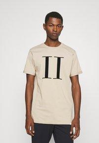Les Deux - ENCORE  - Print T-shirt - dark sand/black - 0