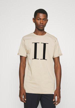 ENCORE  - Print T-shirt - dark sand/black