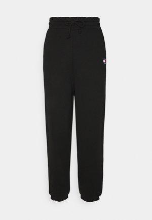 RELAXED BADGE PANT - Teplákové kalhoty - black