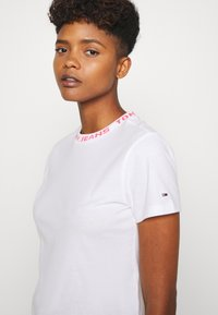 Tommy Jeans - BRANDED NECK TEE - Print T-shirt - white - 4
