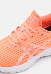 ASICS - VERSABLAST - Zapatillas de running neutras - sun coral/white - 5