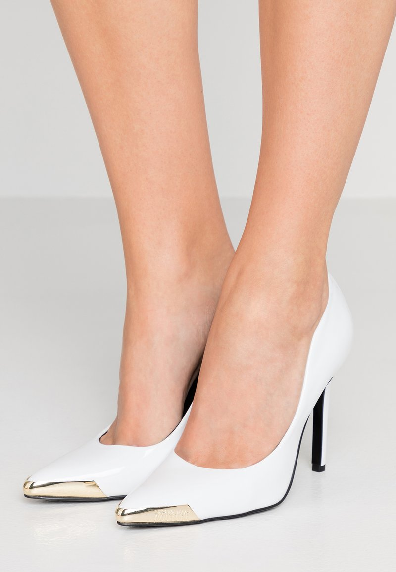 Versace Jeans Couture - Lodičky na vysokém podpatku - bianco