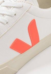 Veja - CAMPO - Sneakers basse - extra white/orange fluo/cobalt - 5
