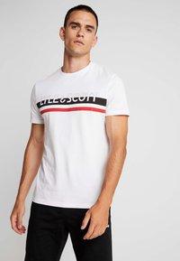 Lyle & Scott - SCRIPT LOGO - T-shirt med print - white - 0