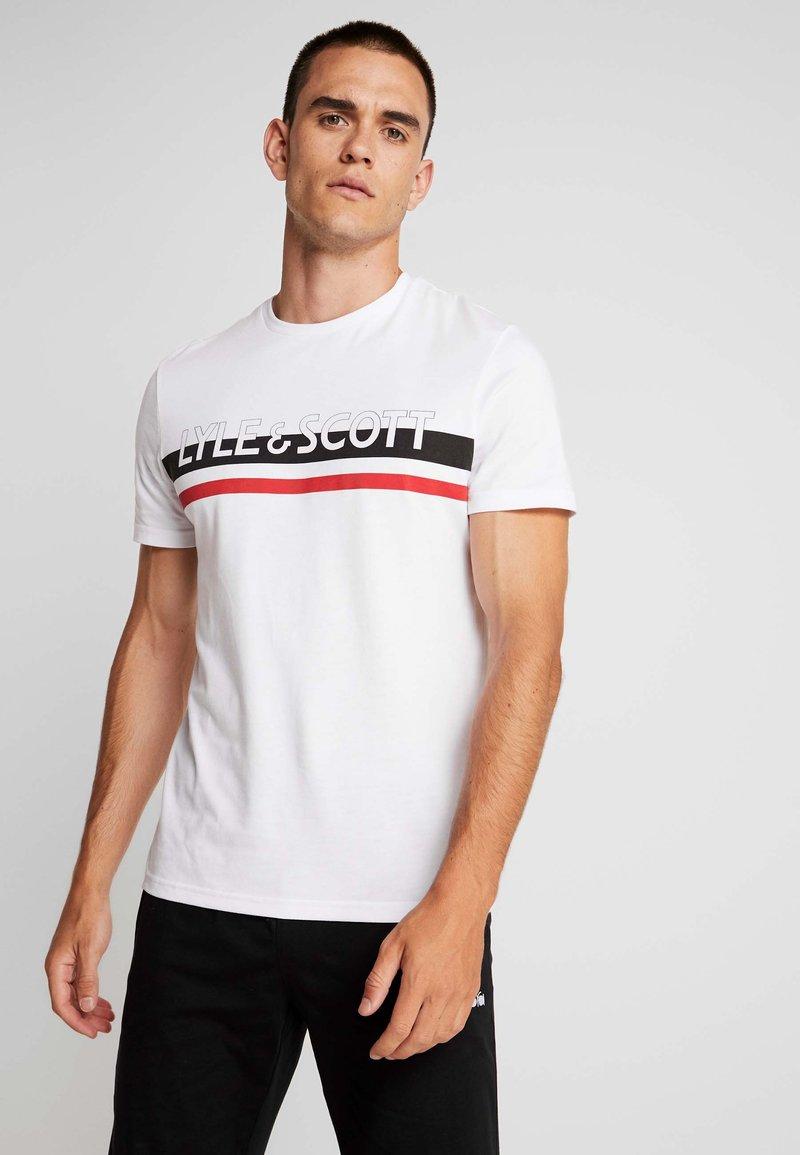 Lyle & Scott - SCRIPT LOGO - T-shirt med print - white